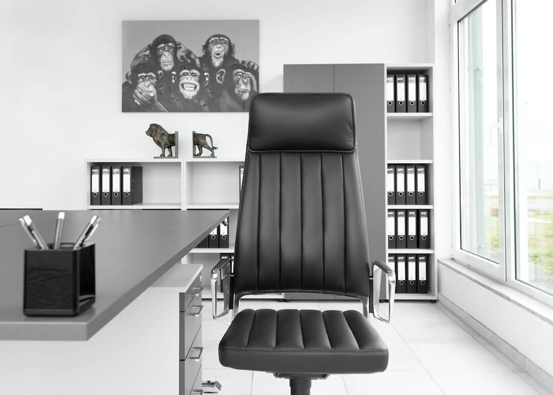 Ein Bürodrehstuhl im Büro