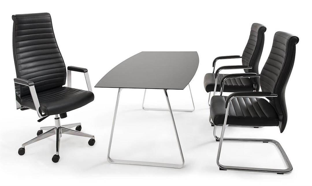 Zu sehen sind zwei Besucherstühle im Büro