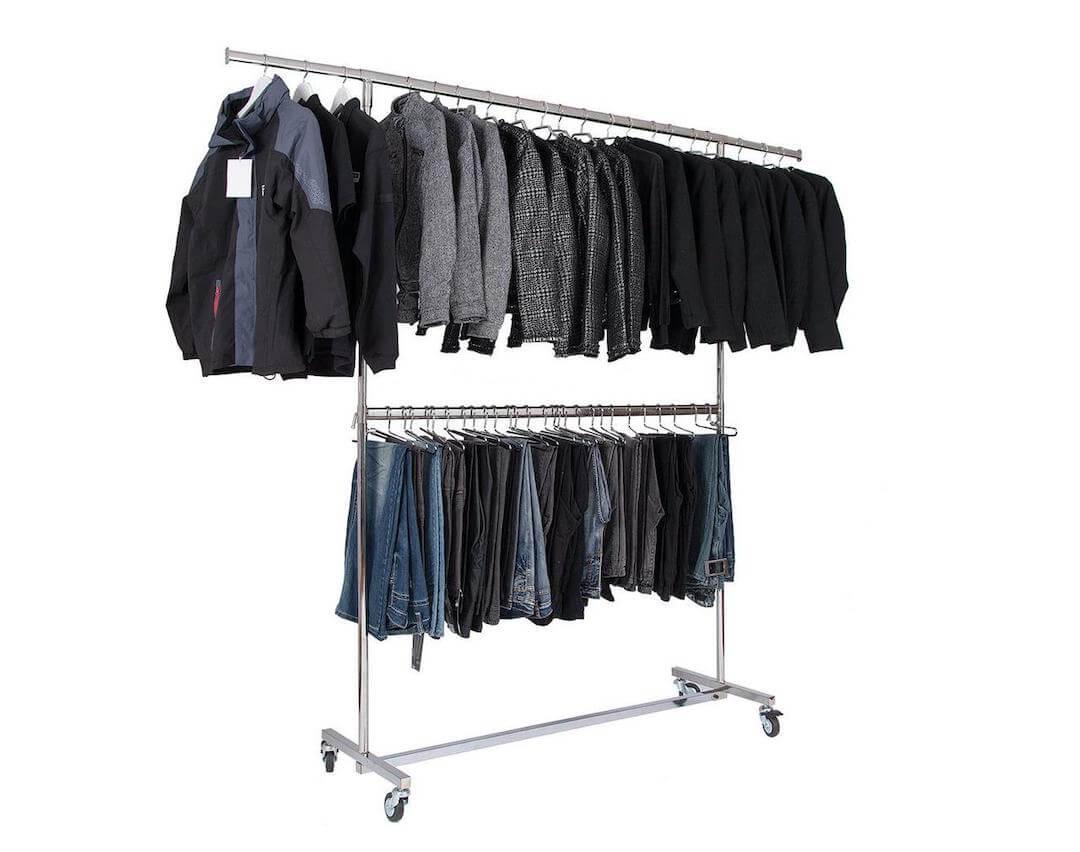 Rollständer mit Kleidung