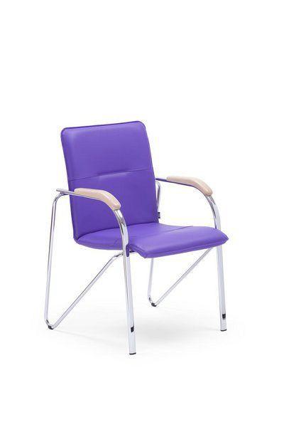 Stapelbarer Besucherstuhl mit lila Kunstlederbezug und buchefarbenen Holzarmlehnen 84403